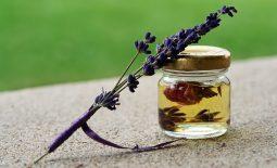 Różne olejki naturalne oczyszczają twarz z wyprysków i nawilżają cerę.